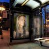 fotomontaje en la parada de autobus